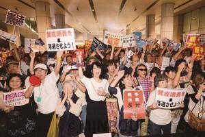 SEALDsKANSAIが呼び掛けた行動で強行採決許すなと訴える人たち=2015年9月18日、大阪市北区内