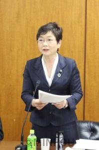 質問に立つ山中議員=13日、大阪市議会大都市税財政制度特別委員会