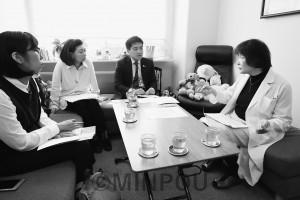 性暴力救援センター・大阪(SACHICO)の加藤代表(右)と懇談するたつみ議員=松原市内