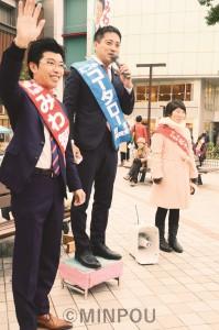 京阪樟葉駅前で訴える(左から)みわ府議候補、たつみ参院議員、松岡ちひろ枚方市議=16日、枚方市内