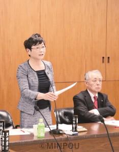 大阪市議会大都市税財政特別委員会で質問する山中幹事長。右は瀬戸一正団長=11日