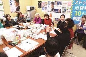 笑いが絶えない桃谷東平支部の班会議。政治問題から近況まで自由に交流、学習しながら、みんなで活動を分担しています=2018年12月6日、大阪市中央区内