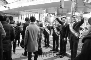 年始のあいさつと連続する選挙での党の躍進を訴える右から宮本、清水、たつみ、近田の各氏=7日、JR大阪駅前