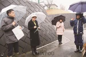 リニア計画地を視察し、住民と懇談するたつみ議員ら=2015年2月5日、東京都町田市内