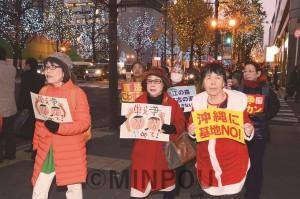 支部メンバーの呼び掛けで、イルミネーションの御堂筋を「お散歩宣伝」=2018年12月17日、大阪市中央区内