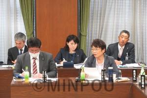 大阪メトロとの連絡会議で発言する山中氏(右)。左は岩崎けんた市議=15日、大阪市役所内