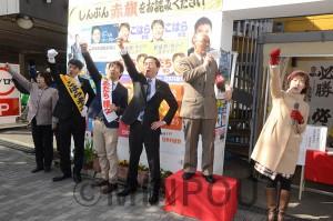 必勝を誓って「団結がんばろう」を唱和する(右から3人目より左へ)山下氏、あだち氏、こはら氏=10日、大阪市大正区内