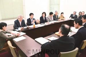 計画見直しを求める住民と共に交渉するたつみ議員=2016年12月21日、大阪府庁