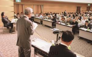 たつみ議員も報告したリニア問題シンポジウム=2015年10月24日、愛知県内【写真提供=しんぶん赤旗】