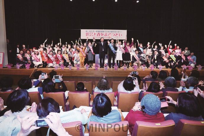 声援に応える議員、候補者ら=3日、大阪市中央区内