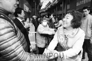 街頭演説に集まった聴衆と握手を交わす長岡候補=16日、大阪市東淀川区内