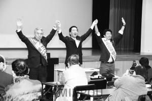 演説会で声援に応える(左から)尾上大阪市議、山下副委員長、あだち府議候補=10日、大阪市西成区内