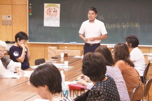保育関係者と懇談するたつみ議員=2017年8月19日、大阪市中央区内