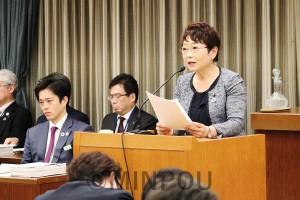 代表質問に立つ山中智子幹事長=2月28日、大阪市役所内