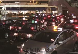 深夜に客待ちするタクシーの列