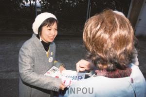 市民と対話し支持を訴える石谷候補=18日、堺市堺区内