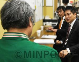 松本オーナーからコンビニ経営の実態について聞く、たつみ議員とうち海氏=2月23日、東大阪市内
