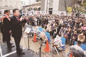 街頭演説に詰めかけた聴衆を前に、府議選・東大阪市区(定数5)で、うち海公仁候補(左)の勝利を必ずと訴える小池晃書記局長(その右)=10日、東大阪市内