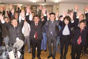 初当選した内海公仁氏(前列左から2人目)と、たつみ参院議員(その右)、東大阪市議候補ら=8日未明、東大阪市内