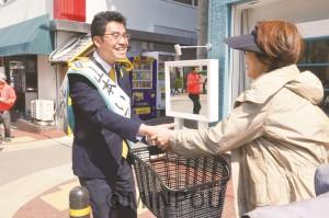 宣伝で出会った市民と対話する山本いっとく候補=豊中市内