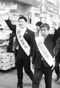 商店街で支持を呼び掛ける小西知事候補と柳本大阪市長候補=3月30日、大阪市北区内