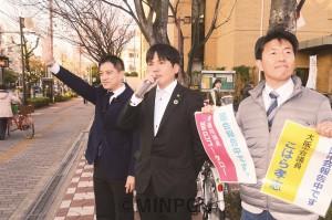 訴える(左から)たつみ参院議員、こはら市議候補、あだち府議候補=24日、大阪市大正区内