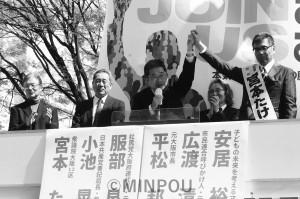 宮本候補(右)の勝利を必ずと訴える小池書記局長(右から3人目)=9日、京阪寝屋川市駅前