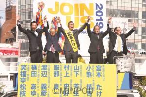 無所属で立候補した宮本たけし氏の第一声には、野党代表や議員、市民が勢ぞろいし、「共闘の力で必ず勝利を」と訴えました=9日、寝屋川市内