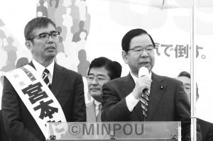 宮本候補(左)と共に訴える日本共産党の志位委員長=14日、四條畷市内