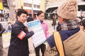 シール投票で市民と対話する、みわ智之府議候補(左)と、やなぎだて輝幸枚方市議候補(その右)。「カジノは反対」など維新政治への怒りや日本共産党の期待が相次ぎました=24日、枚方市内