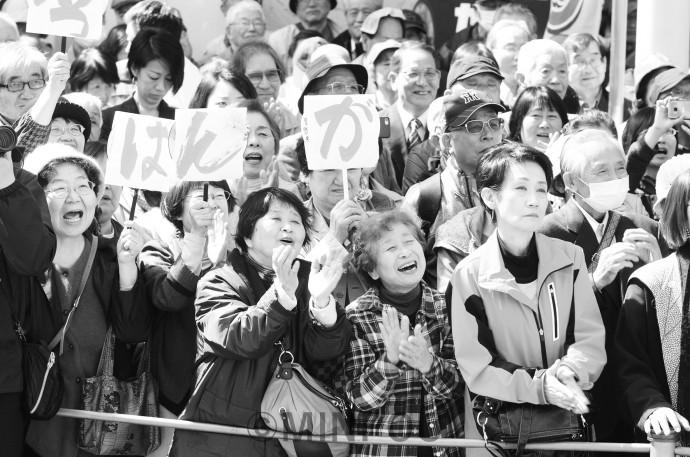 街頭演説「市民&野党 ホンキで変える キックオフ」で宮本たけし候補の訴えに声援を送る人たち=9日、寝屋川市内