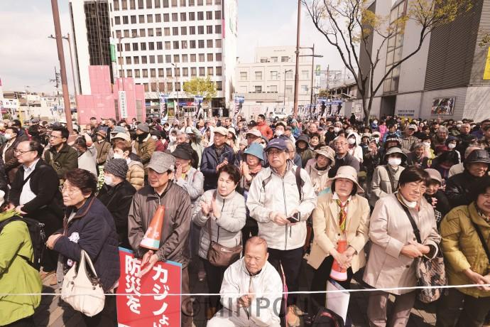 志位委員長の訴えを聞く聴衆=3月31日、東大阪市内