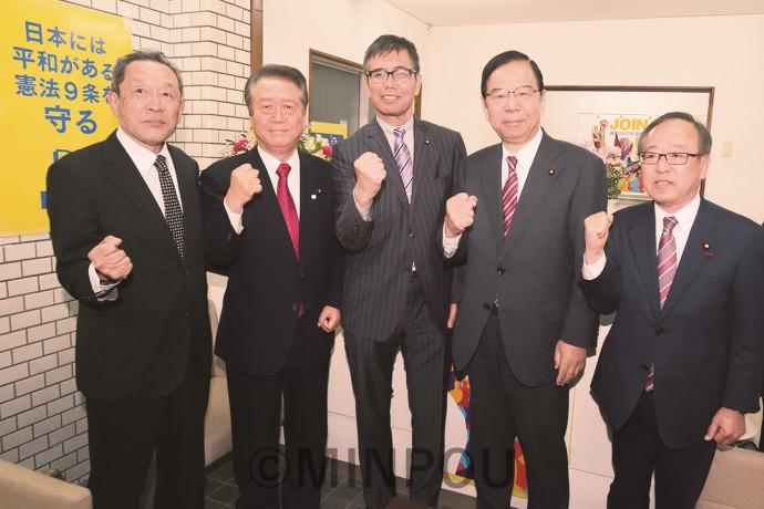 宮本氏(中央)を激励する(左から)服部、小沢、志位、村上の各氏=8日、寝屋川市内