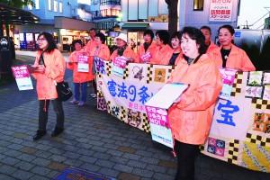 3千万署名を呼び掛ける新婦人狭山支部の会員たち=9日、大阪狭山市内