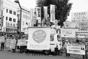 丸山議員の即時辞職を求める人たち=18日、泉佐野市内