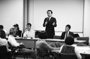 「市民とともにたたかうワークショップ」であいさつする山下氏(中央)と、たつみ氏(その右)=18日、大阪市中央区内