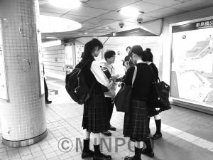 駅前で3千万署名で高校生と対話する実行委員会メンバー=9日、大阪市西淀川区内