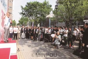 出発式で市民の前であいさつする野村ともあき候補=5月26日、堺市堺区内