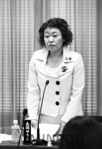初質問に立つ長岡議員=4日、大阪市議会教育こども委員会