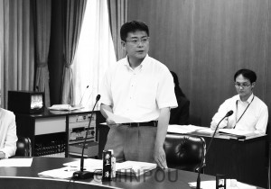 質問する井上議員=3日、大阪市議会都市経済委員会