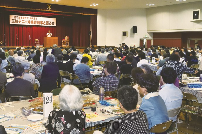 「玉城知事と語る会」の会場いっぱいに集まった参加者=15日、大阪市大正区内