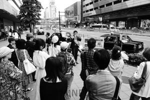 大型モニターを使って実施された宣伝に多くの市民が足を止めました=2日、大阪市阿倍野区内