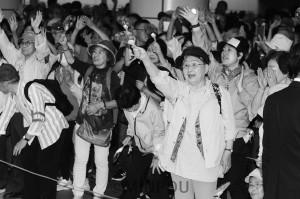 日本共産党の街頭演説で声援を送る人たち=15日、大阪市北区内