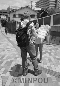 シールアンケートで対話する青年=6月、和泉市内