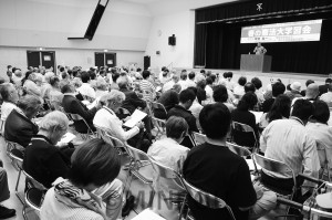 上智大学の中野晃一教授を迎えて大阪憲法会議・共同センターが開いた憲法大学習会=9日、大阪市生野区内