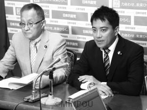 笠井政策委員長(左)と会見するたつみ議員=7日、国会内