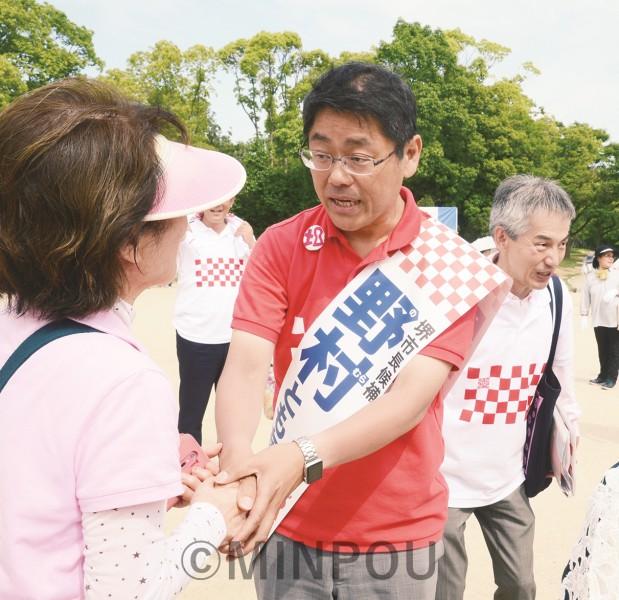 市民と握手する野村ともあき候補=1日、堺市堺区内