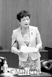 質問する山中議員=5日、大阪市議会財政総務委員会