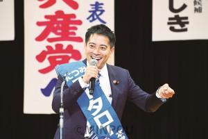 各地で暮らしと平和を守る政治を実現しようと呼び掛け、大阪選挙区で必ず再選をと訴えるたつみ議員=20日、八尾市内