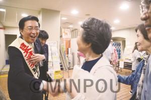 日本共産党大阪二区地区の総決起集会で、参加者と固い握手を交わす山下さん=19日、大阪市平野区内